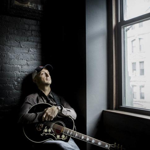 angelo trani ritratto portrait joe bastianich new york casa con chitarra